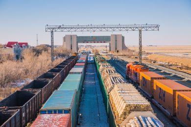 ท่ารถไฟส่งออก เอ้อเหลียนฮ้าวเท้อะ เขตปกครองตนเองมองโกเลียใน ปัจจุบันท่ารถไฟส่งออกดังกล่าวมีเส้นทางขบวนรถไฟด่วนจีน-ยุโรปเข้า-ออกประเทศถึง 43 เส้นทาง ภาพจาก Guangming Picture